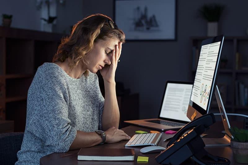 Mädchen macht sich Sorgen um die Arbeit