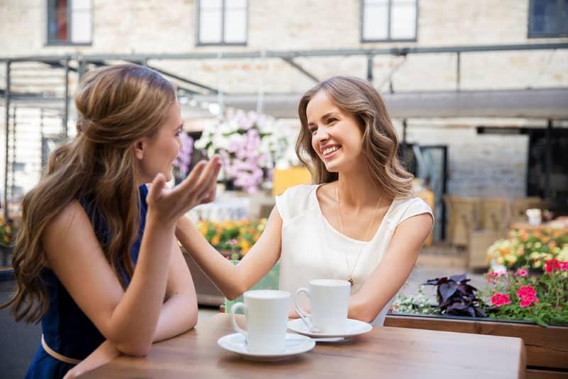 Mädchen reden im Café