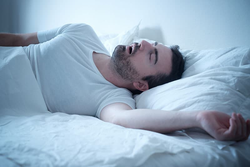 Männer schlafen mit offenem Mund