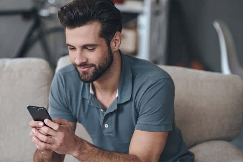 Mann SMS eine Nachricht am Telefon