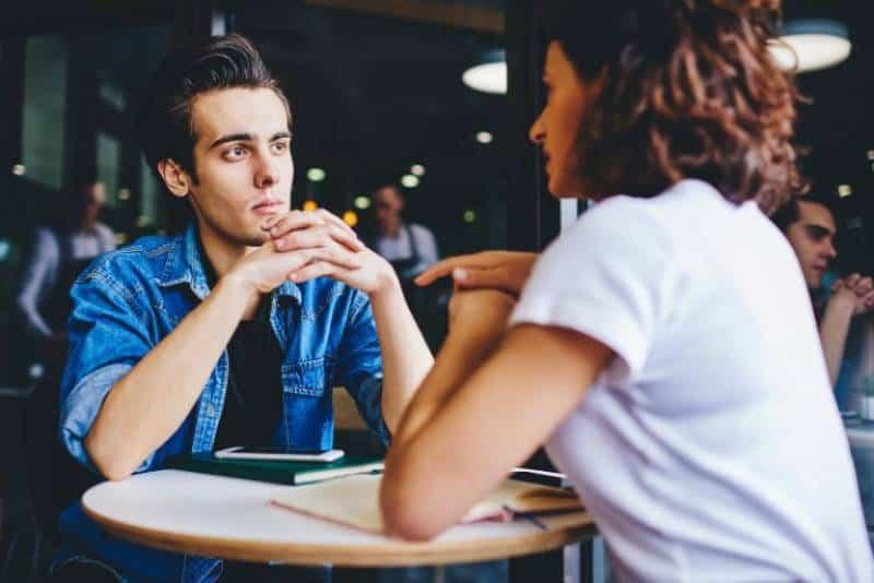 Mann hört Frau zu