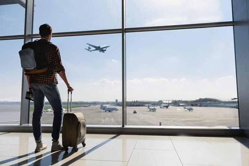 Mann wartet auf Flugzeug am Flughafen