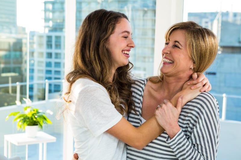 Mutter und Tochter lächeln sich an