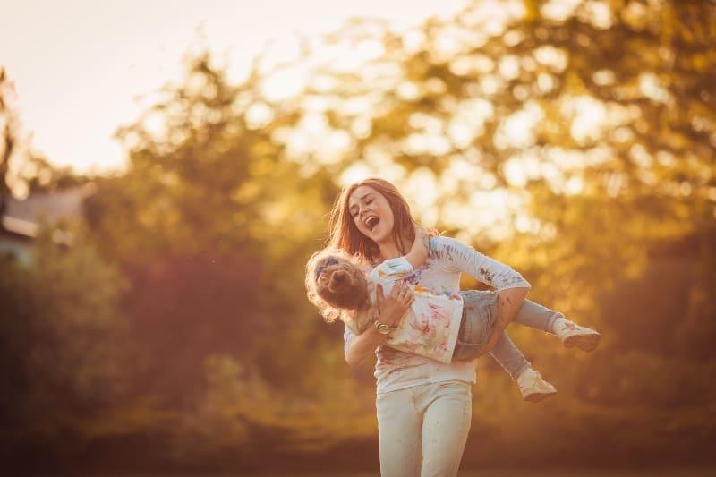 Mutter und kleine Tochter spielen