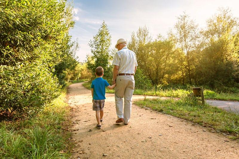 Opa geht mit seinem Enkel spazieren