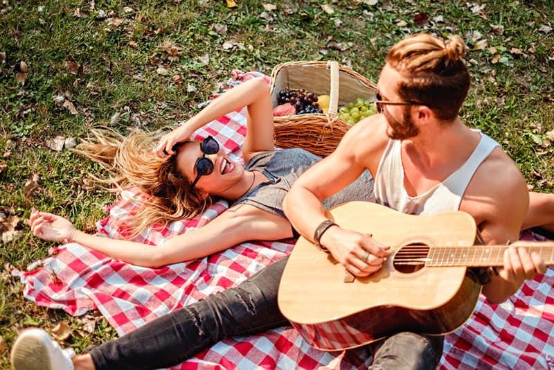Paar beim Picknick im Park