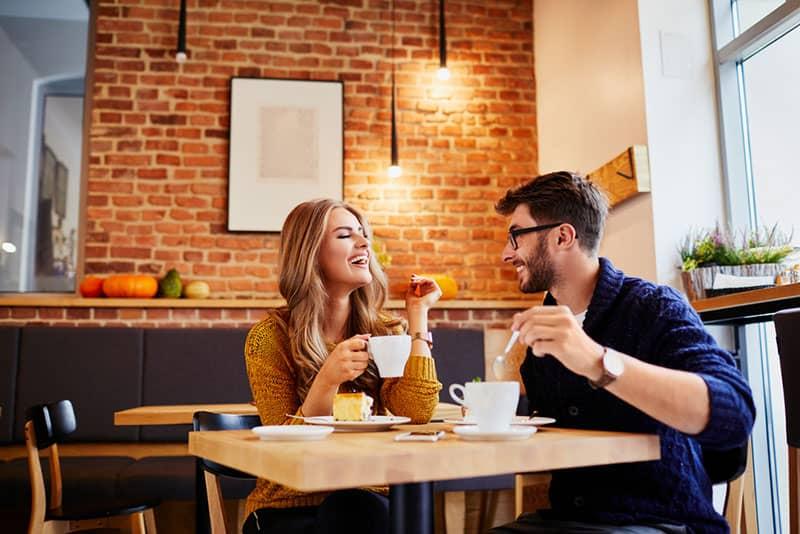 Paar, das Spaß beim Frühstück hat