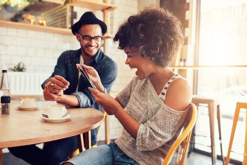Paar, das Spaß im Café hat