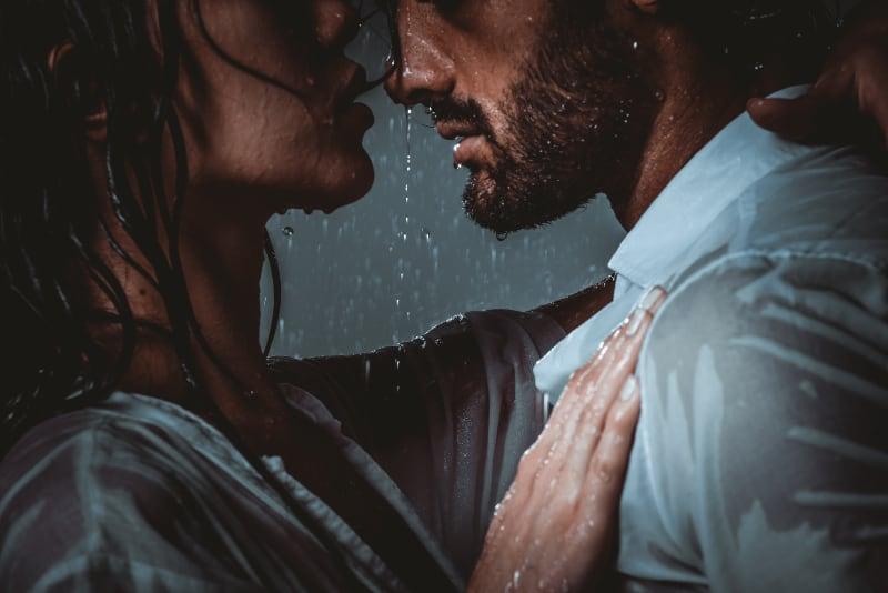 Paar, das romantische Momente teilt