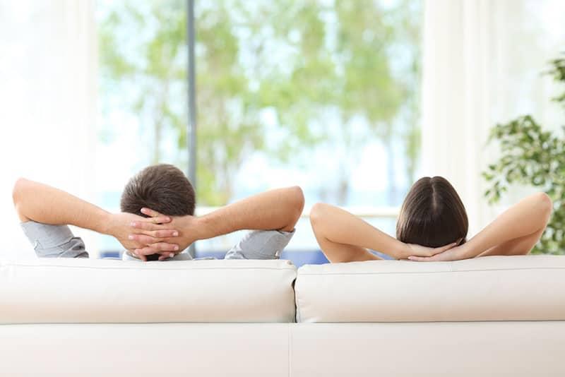 Paar entspannt sich mitten am Tag auf der Couch