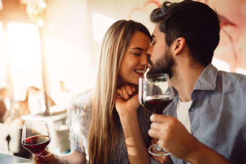 Paar haben eine gute Zeit in einer Bar und trinken Wein