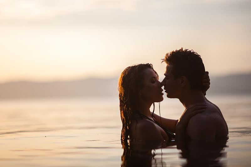 Paar im Meer küssen