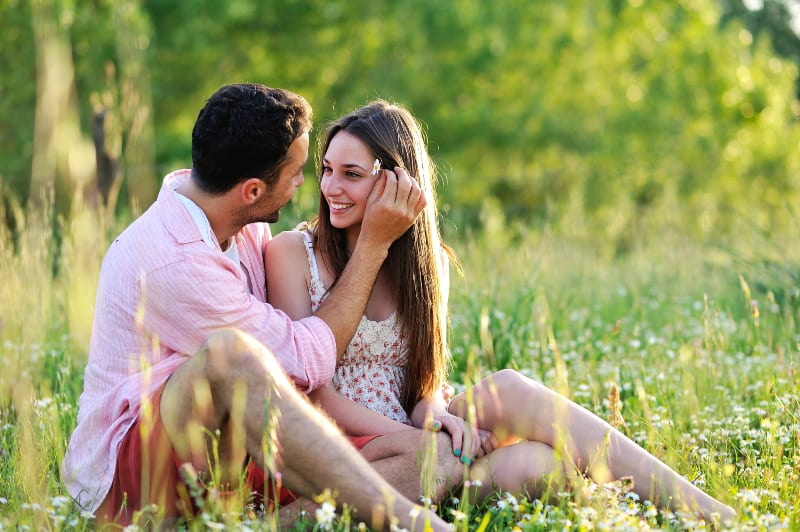Paar in der Natur Spaß haben