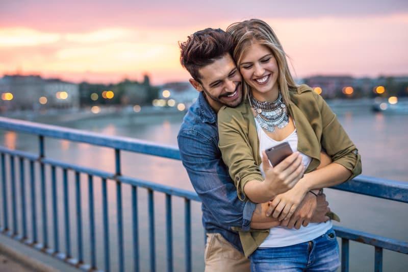 Paar macht Selfie auf der Brücke