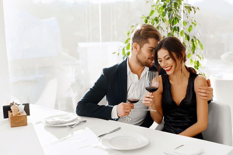 Paar probiert Wein im Restaurant