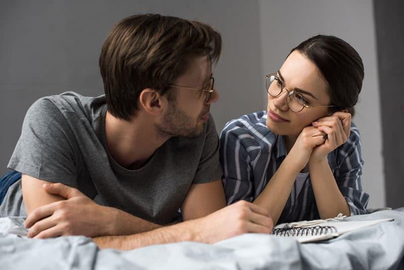 Paar schaut sich auf dem Bett an
