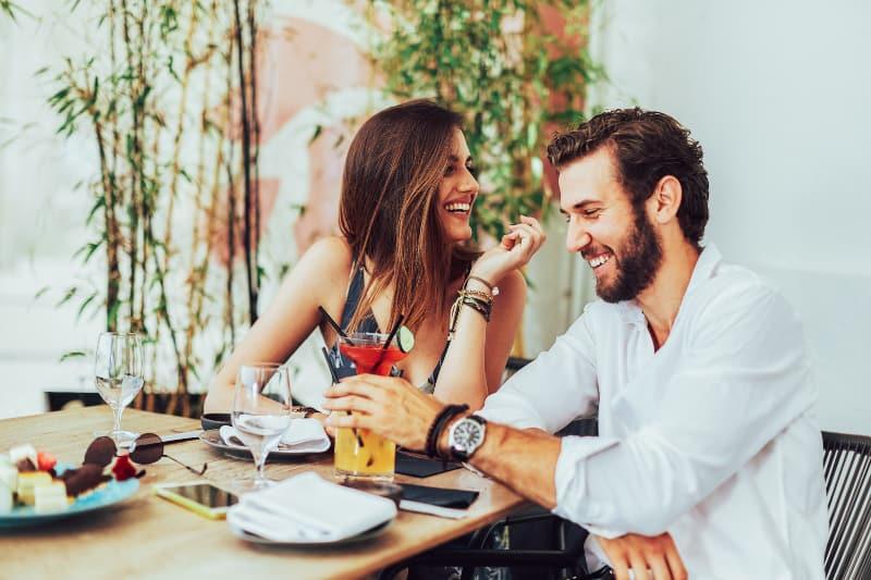 Paar sitzt in der Bar im Freien