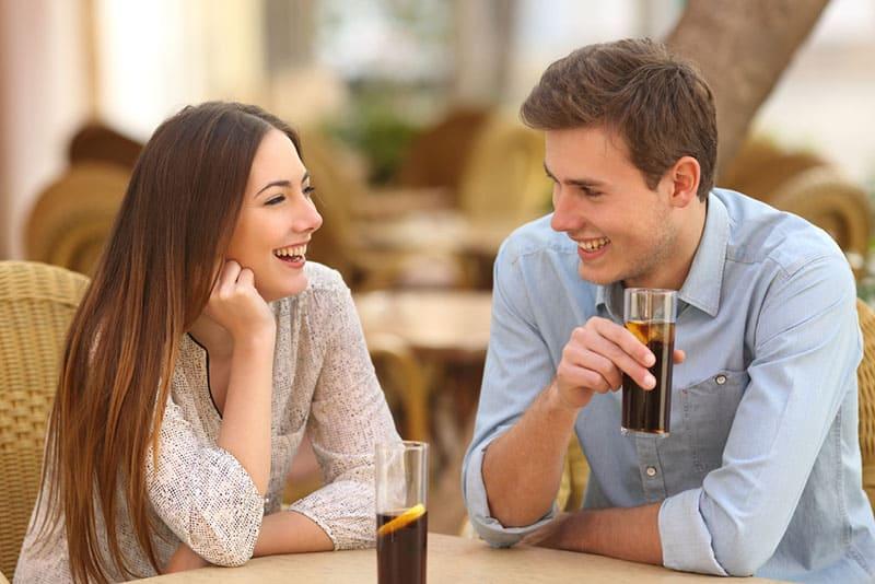 Paar spricht und lächelt im Restaurant