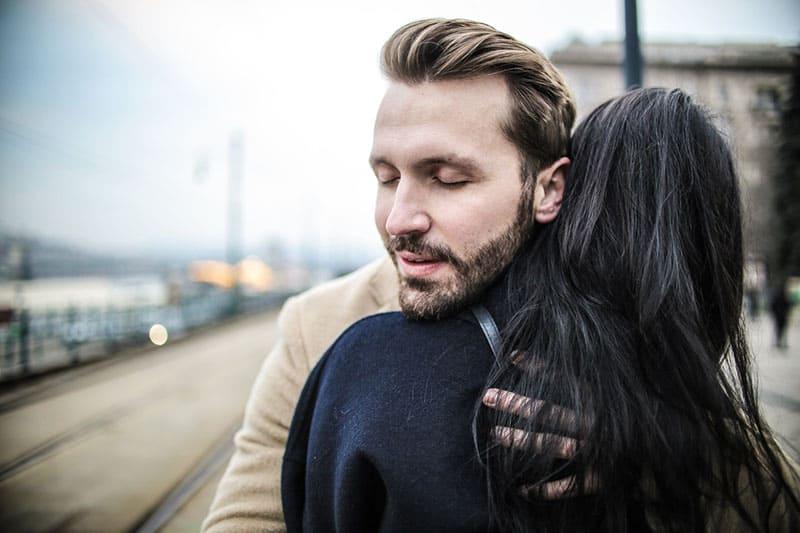 Paar umarmt seine Freundin