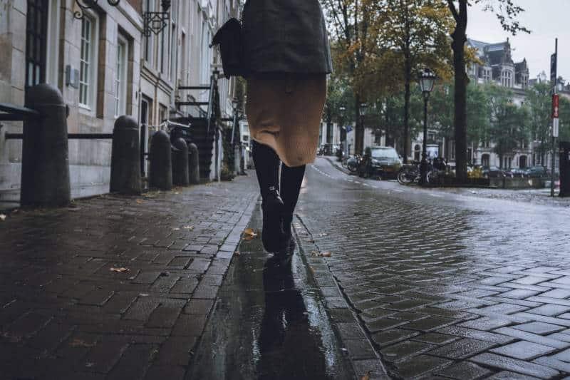 Frau, die auf der Straße geht