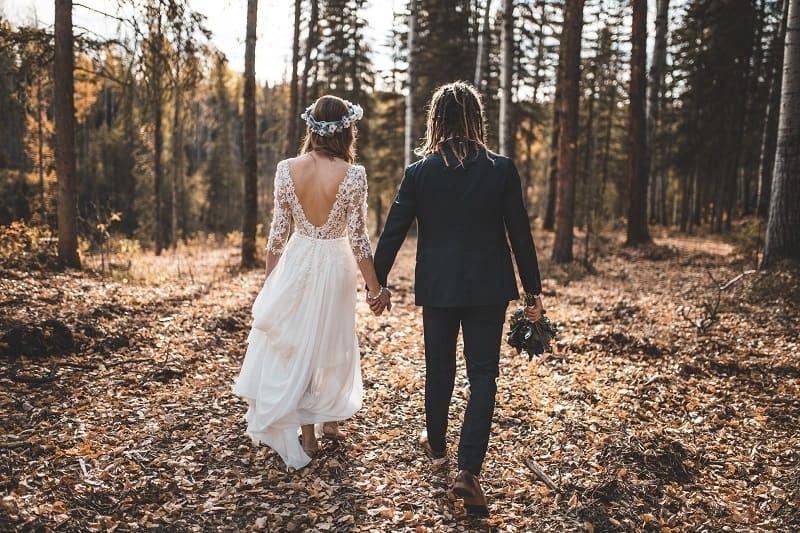 Brautpaar, das in der Natur geht