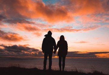 Silhouette eines am Meer stehenden Paares