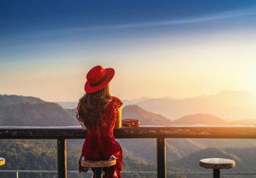 Mädchen auf der Wache mit rotem Kleid und rotem Hut