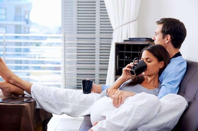 glückliches Paar im Wohnzimmer liegen