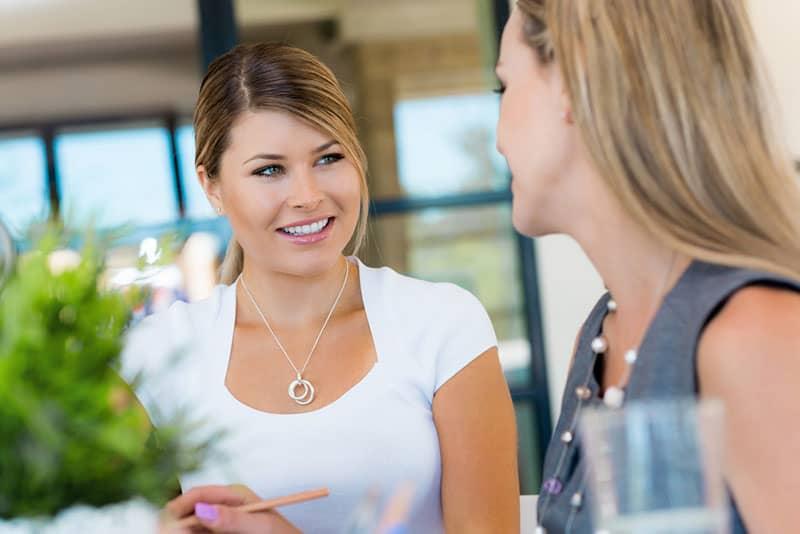 Zwei Frauen unterhalten sich im Café