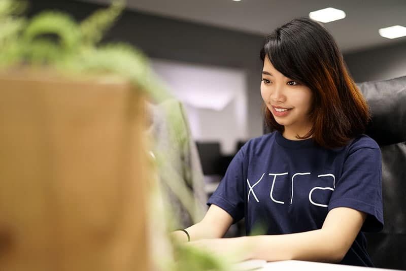 asiatische Frau, die Bildschirm ansieht