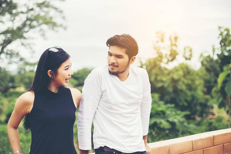 asiatische Frau im Gespräch mit netten Mann