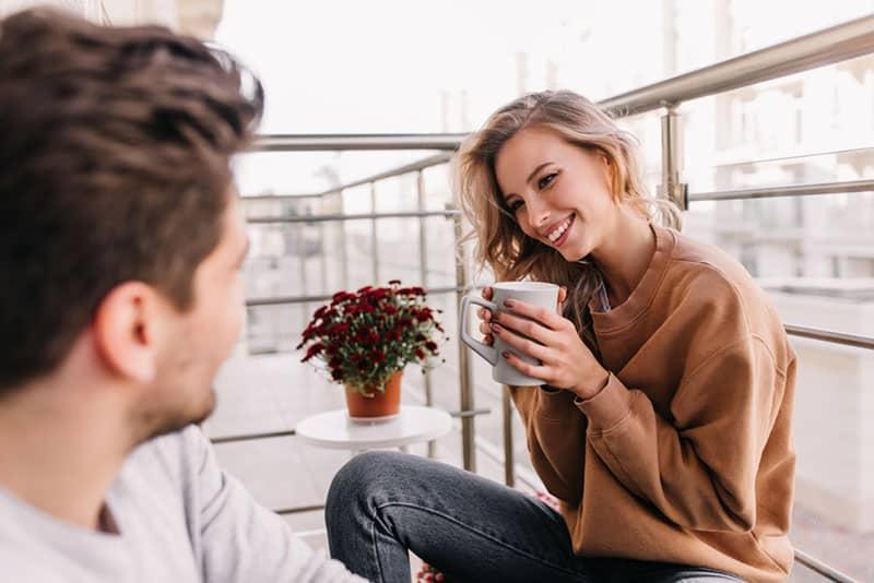 atemberaubendes blondes Mädchen, das mit einem Mann spricht