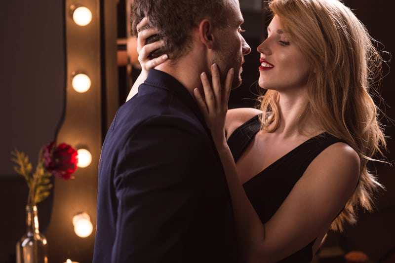 attraktives junges leidenschaftliches Paar flirten