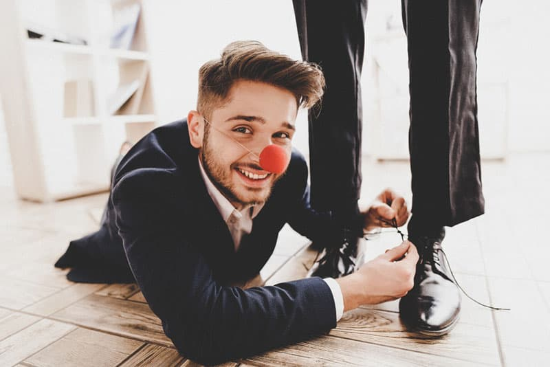 dummer Mann, der Clown spielt