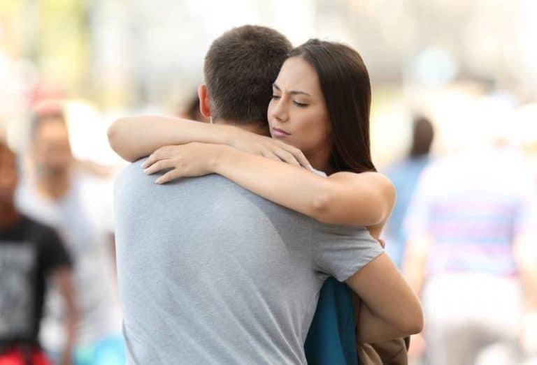 ein Mädchen umarmt ihren Freund