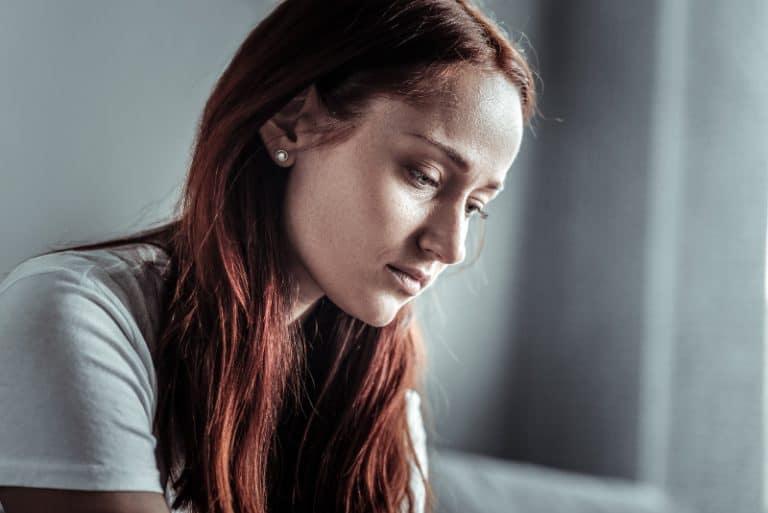 ein Mädchen weint in der Lounge