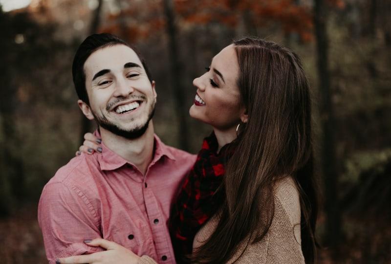 ein Paar, das in der Natur lacht