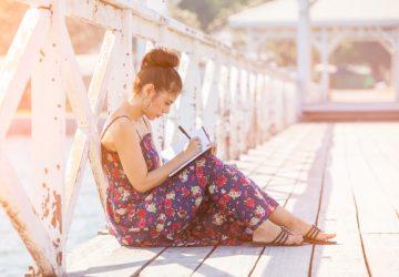 Das Mädchen auf der Brücke schreibt einen Brief