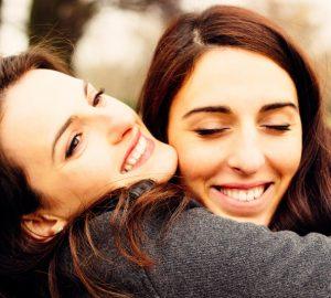 Mädchen umarmt ihre beste Freundin