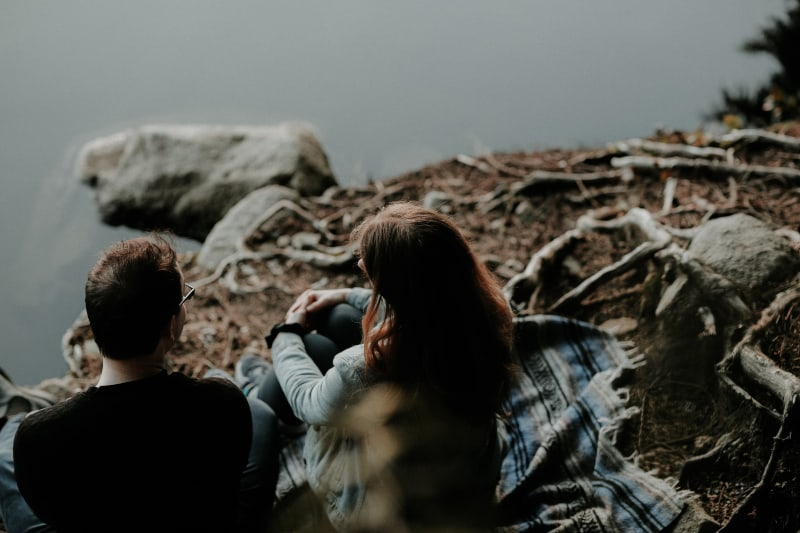 ein paar reden auf einer felsigen klippe