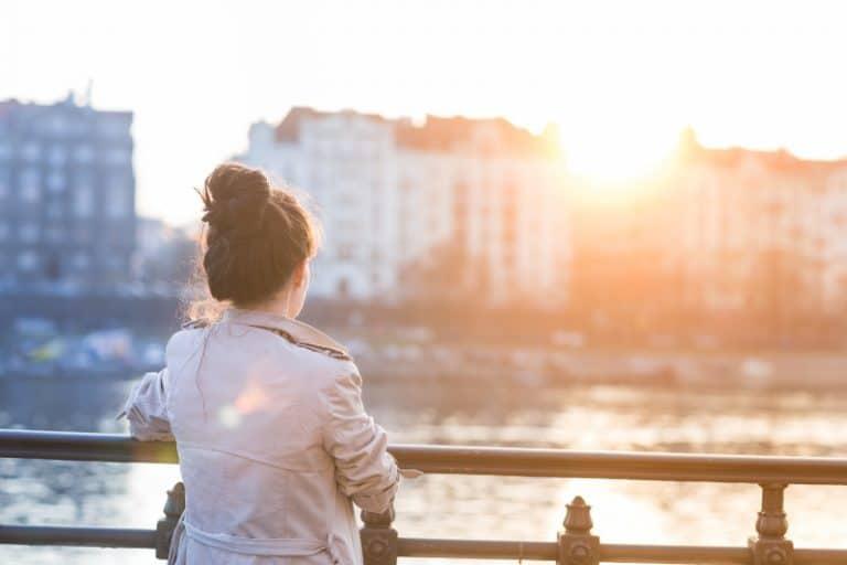 einsames Mädchen beobachtet die Stadt