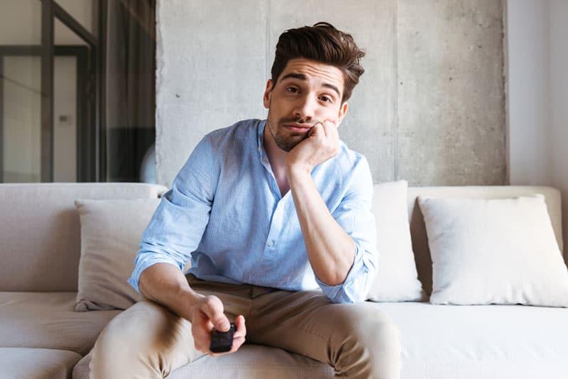 gelangweilter Mann beim Fernsehen