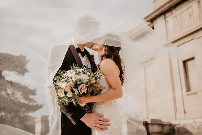 gerade Ehepaar küssen
