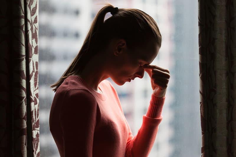 gestresste Frau am Fenster