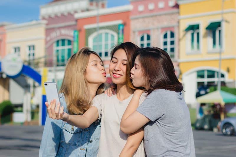 glückliche Freunde, die sich ein Selfie nehmen