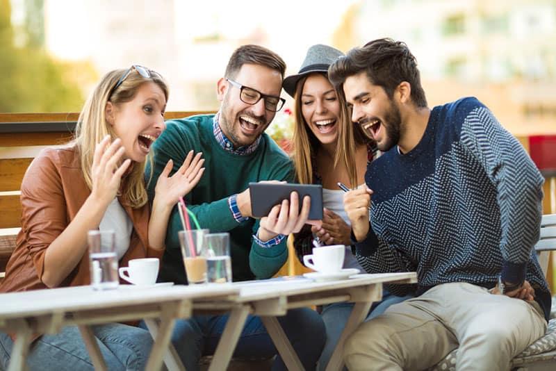 glückliche Freunde reden und lachen