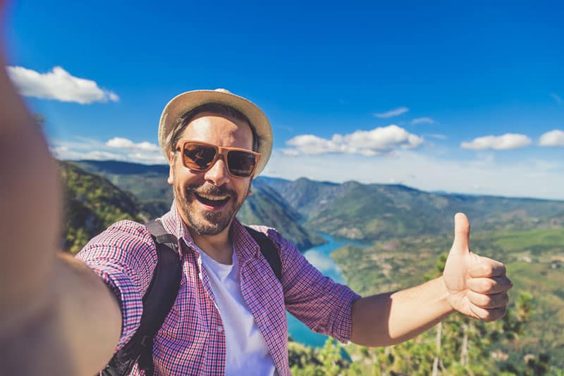 glücklicher Mann, der ein Selfie nimmt