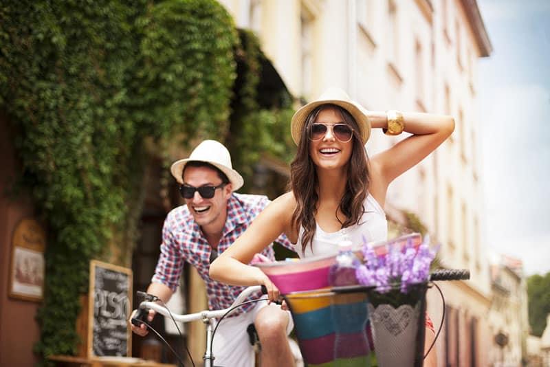glückliches Paar, das Fahrrad fährt