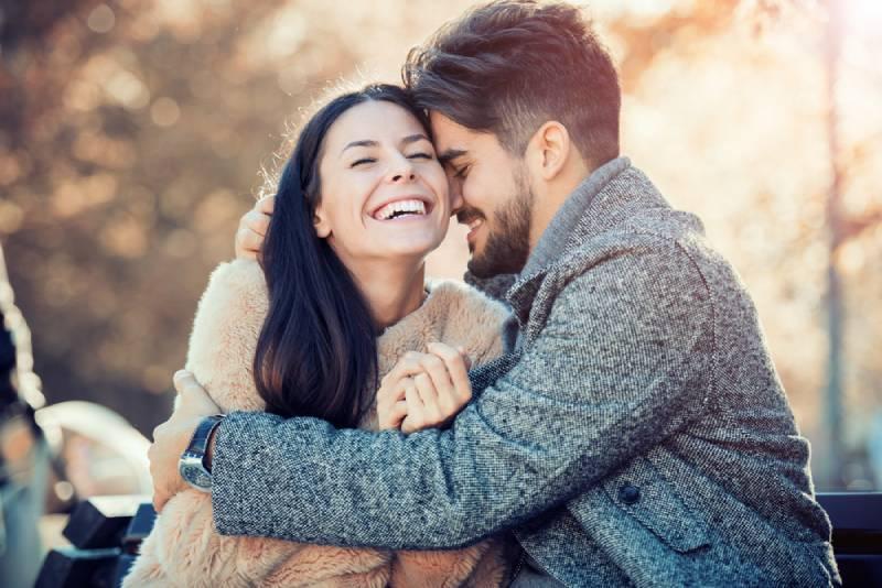glückliches Paar, das draußen umarmt