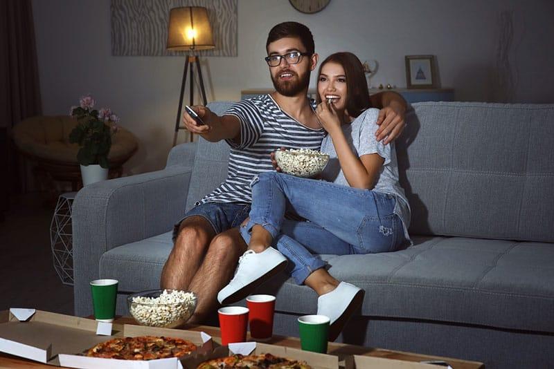 glückliches Paar, das einen Film sieht